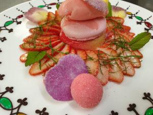 Corolle de fraises : dessert pour le menu de la route de la rose